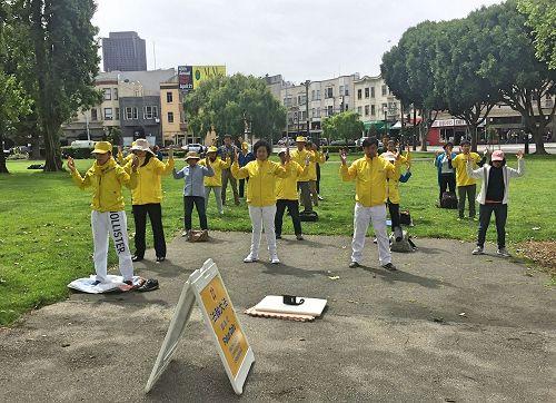 """'图1~3:纪念""""四二五""""十八周年,旧金山湾区的法轮功学员于二零一七年四月二十二日和二十三日,在旧金山的中国城和多个公园和旅游景点集体炼功,让更多的当地民众和游客了解法轮功的真相。'"""