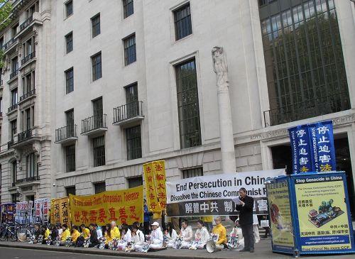 """'图1:二零一七年四月二十二日,英国法轮功学员在伦敦中使馆前集会纪念""""四·二五"""",呼吁停止迫害'"""