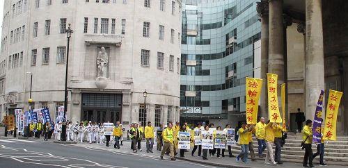 '图2~4:二零一七年四月二十二日,英国法轮功学员在伦敦市中心主要商业街道上反迫害游行'