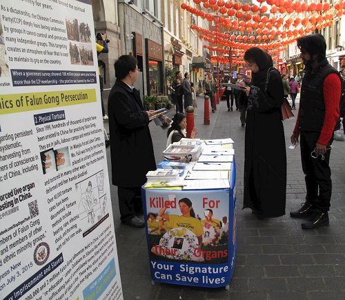 '图8:二零一七年四月二十二日,英国法轮功学员继续在唐人街展示法轮功真相、征签反迫害'