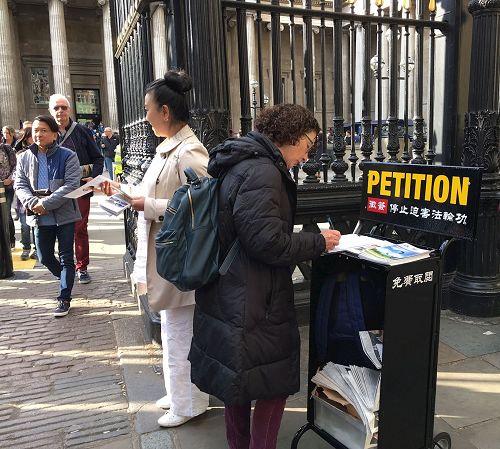 '图11:二零一七年四月二十二日,英国法轮功学员在大英博物馆(BritishMuseum)门前发真相资料、开展反迫害征签'