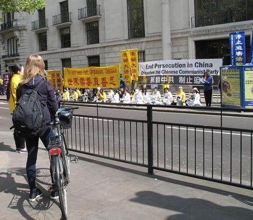 '图12:二零一七年四月二十二日,在英国读书的丹麦女孩在伦敦中使馆前聆听法轮功学员的新闻发布会'