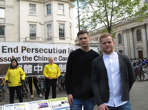 '图14:二零一七年四月二十二日,两位来自冰岛的高中生在伦敦圣马丁广场上第一次听闻法轮功真相'
