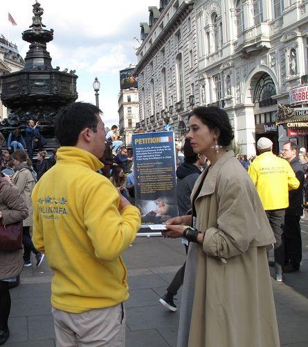 '图18:二零一七年四月二十二日,英国女士碧丽在皮卡迪利广场第一次听闻法轮功,签名反迫害,并表示有兴趣'