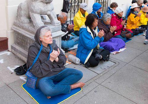 图10:旧金山居民Iris Perla与法轮功学员一起请愿