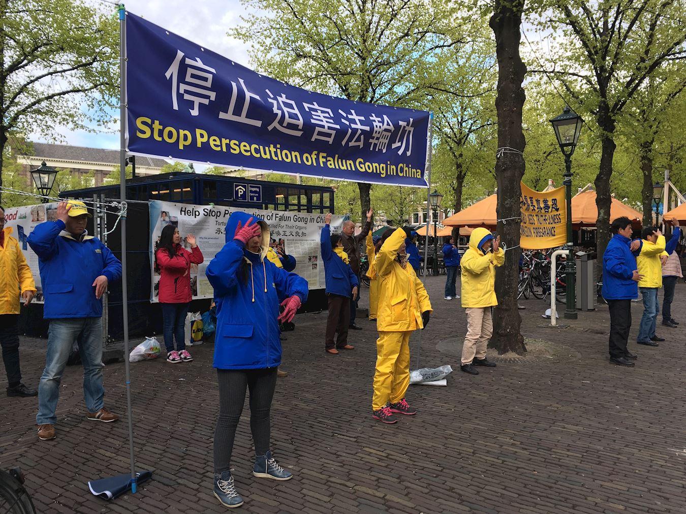 """2017年4月25日,荷兰部分法轮功学员在海牙集会,纪念""""四二五""""万人和平上访18周年。(明慧网)"""