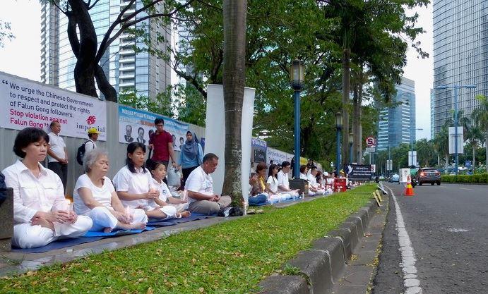 为纪念18年前4月25日在北京的上万名法轮功学员集体和平大上访,2017年4月25日,印尼雅加达部分法轮功学员在中使馆前举办了和平集会活动。(明慧网)