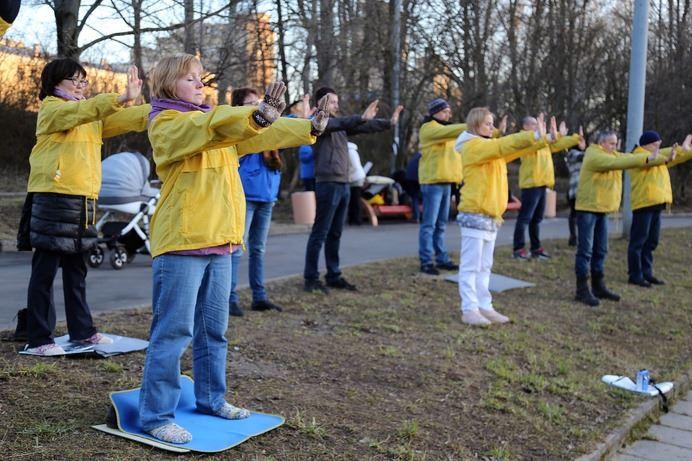 2017年4月25日,部份俄羅斯部份法輪功學員聚集在莫斯科中領館前,和平抗議中共對法輪功學員的殘酷迫害,並紀念四二五和平上訪18週年(明慧網)