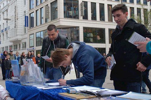 '图4~7:路人签名支持反迫害'