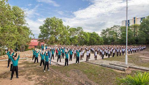 '图1~2:特拉丹第一中学千人集体学炼法轮功'
