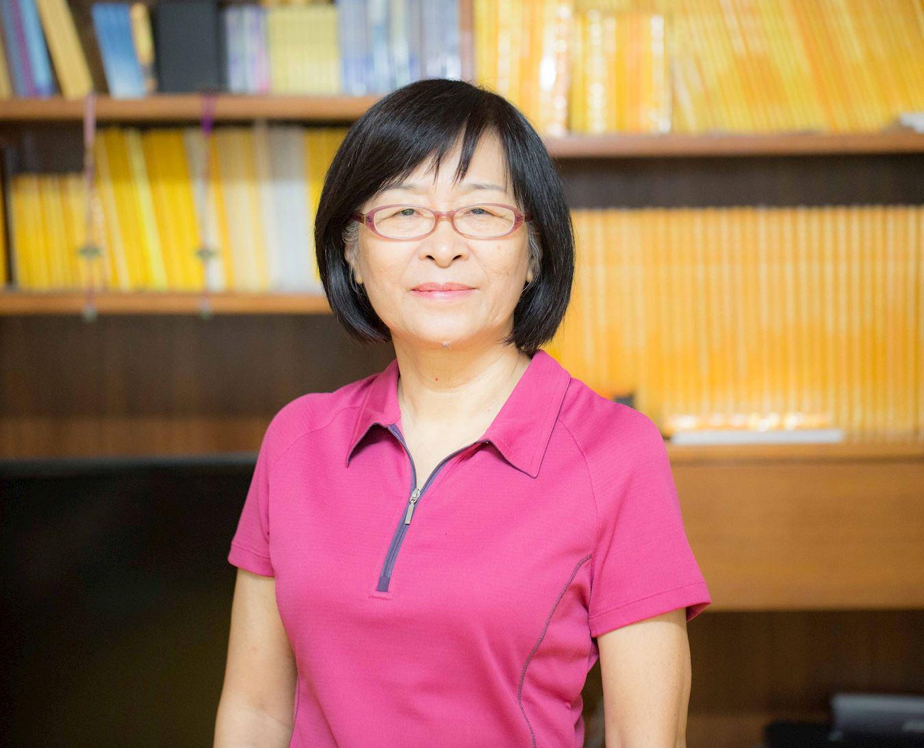琼花女士是台湾的国中退休教师。一天,她看到一本书,刹那间,一直迷惑不解的人生问题都得到了解答。(明慧网)