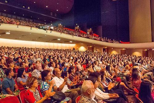 '图4:五月六日和七日,美国神韵纽约艺术团在夏威夷州府檀香山的三场演出场场一票难求。为了让更多观众能观看到演出,剧院临时开放了六日晚和七日演出的站票。图为五月七日下午的神韵演出的盛况。'