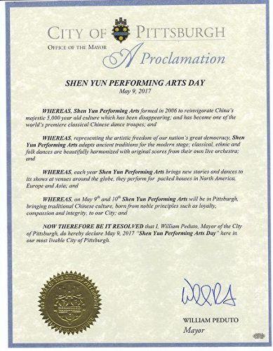 """'图14:匹兹堡市市长郑重宣布二零一七年五月九日为匹兹堡市的""""神韵艺术团日""""。'"""