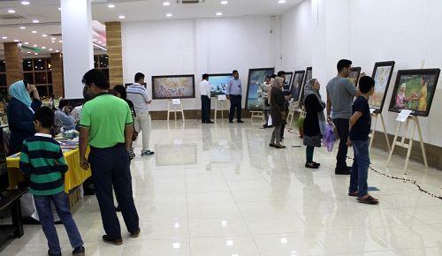 图1:伊朗法轮功学员们在 Asaluyeh市经济能源商业中心成功举办了真善忍国际画展