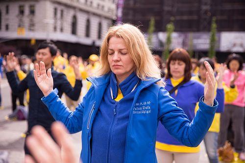 """图1-4:二零一七年五月十一日上午, 近千名法轮功学员在热闹的市中心祥和的炼着法轮功五套功法,拉开了纽约一连四天的庆祝""""世界法轮大法日""""活动。"""