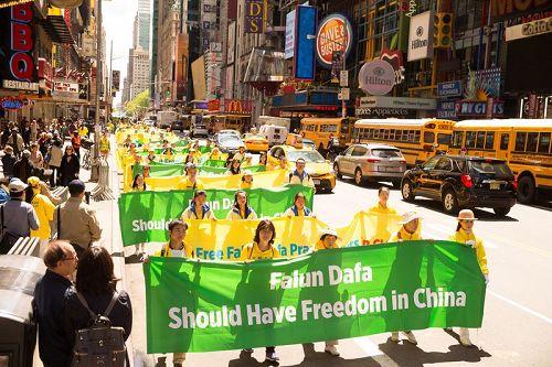 """'图1~6:parade1-6:近万名法轮功学员在纽约举行声势浩大的庆祝""""5.13世界法轮大法日""""大游行,横贯曼哈顿。'"""