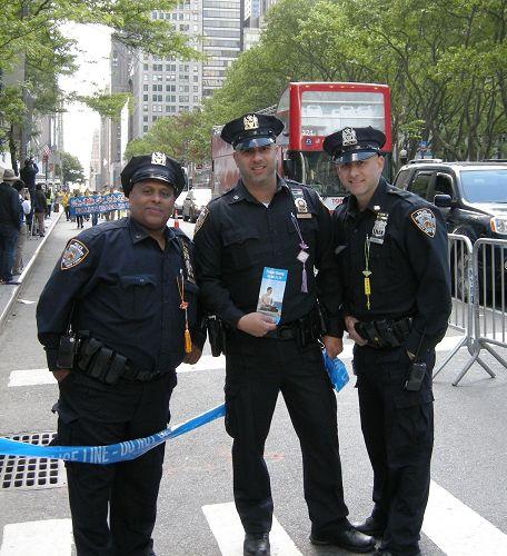 '图7:三位警察胸前都佩戴着法轮功学员送的小莲花,警察Anthony(左)说每个人都应得到法轮大法。'