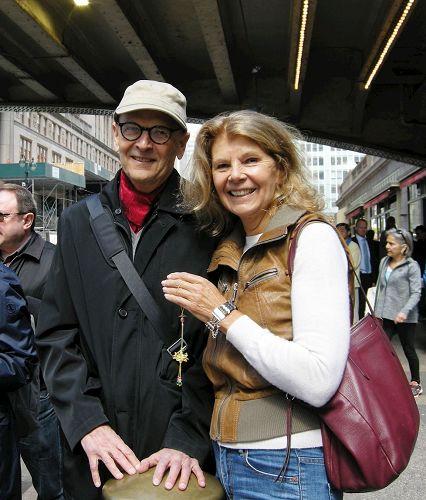 '图8:现居纽约的作家Erla(右)带着她来自挪威的朋友Teder一起观看了游行,她表示这个世界需要有这种信念的人。'