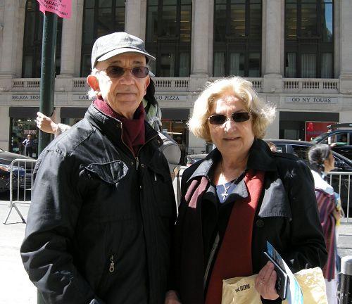 '图11:来自巴西的Edison和妻子Melisa观看着游行,Edison表示自己感动得想哭'