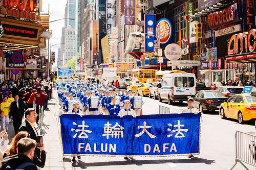 曼哈顿观万人游行 华人赞叹(图)