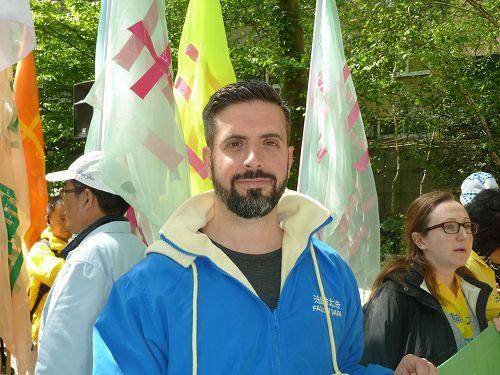 '圖6:Robert在二零一七年五月十二日,紐約法輪大法日活動的遊行隊伍中。'