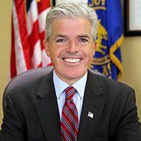 长岛萨福克县(Suffolk County)执行长史蒂芬•拜隆(Steven Bellone)