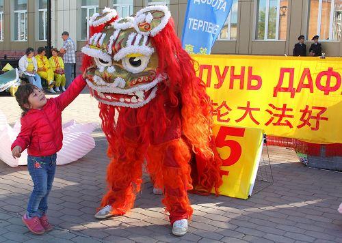 '图1~3:伊尔库茨克市学员们的活动包括功法表演、舞狮子等,得到市民喜爱'