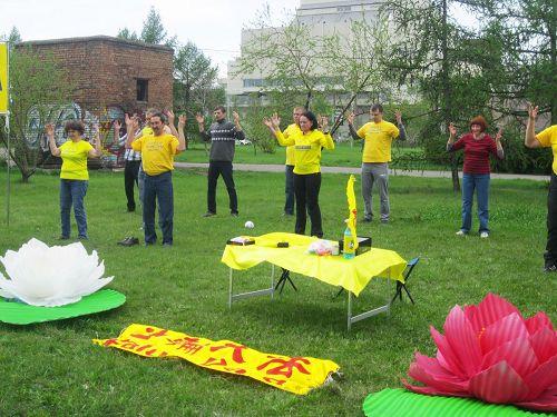 '图7:克拉斯诺亚尔斯克大法弟子在叶尼塞河畔大音乐厅对面举行了庆祝活动'