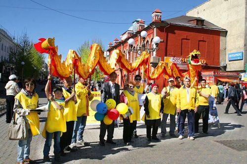 '图8:乌兰乌德法轮功学员表演了舞龙'