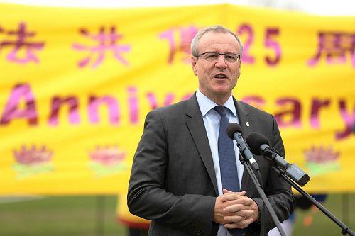'图1:国会议员BorysWrzesnewskyj先生五月九日在庆祝法轮大法洪传二十五周年庆典集会上发言'