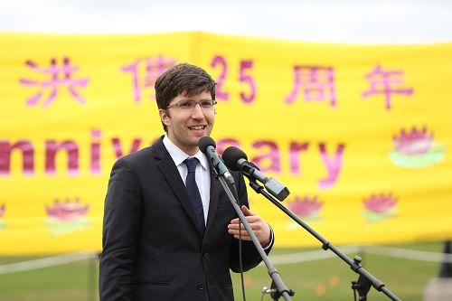 图6:保守党议员Garnett Genuis先生在五月九日的集会上呼吁释放孙茜。