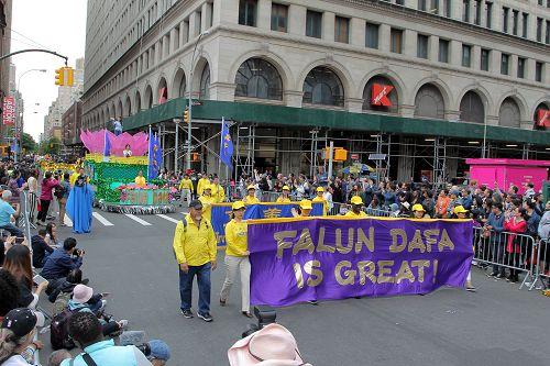 图1:法轮功学员参加第十一届舞蹈节大游行。