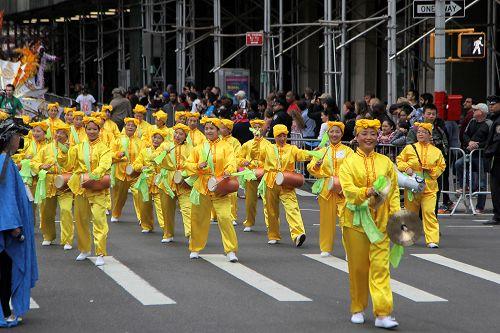 """图5:法轮功学员组成的腰鼓队,有观众表示:""""展现了中国人的特色。"""""""