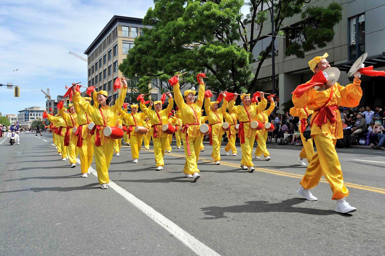 温哥华部分法轮功学员参加加拿大卑诗省维多利亚日150周年庆典游行。(明慧网)