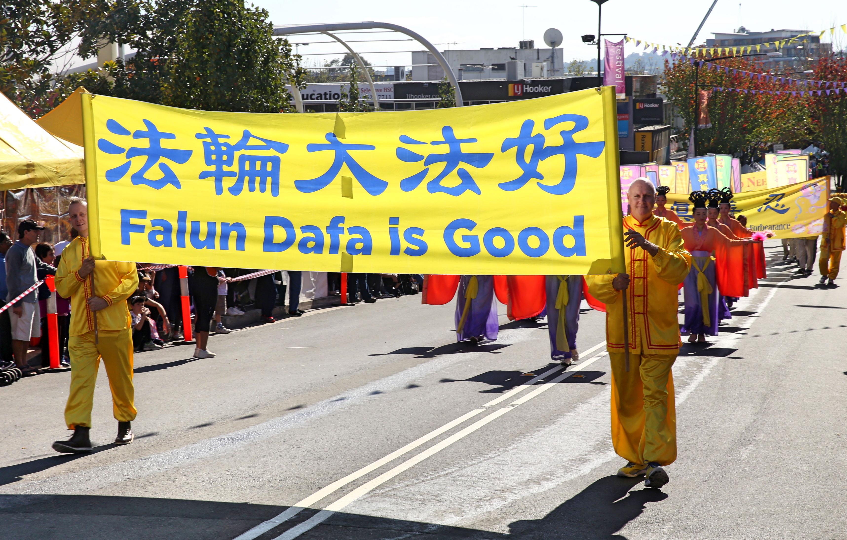 """5月27日,悉尼部分法轮功学员参加了本年度西悉尼黑镇市(Black Town)的盛大嘉年华游行,被当地纽省议员誉为""""优秀团体""""。(明慧网)"""