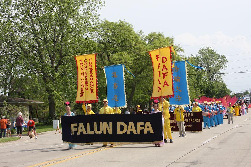 密西根州部分法轮功学员们以花车、唐鼓队和仙女队的游行方阵首次参加了游行,受到民众喜爱。(明慧网)