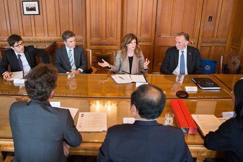 加拿大反对党领袖Rona Ambrose与国会议员Peter Kent先生(右一),国会议员David Anderson先生(左二)和国会议员Garnett Genuis(左一)先生一起会见了法轮功学员(照片来源:Rona Ambrose的社交媒体)