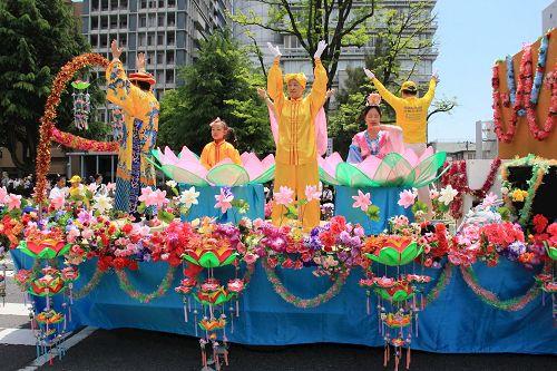 '图1~3:参加第四十一届广岛鲜花节的法轮功队伍和花车,气势磅礴,绚丽多彩'