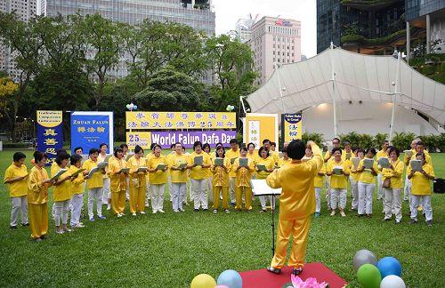 '图4:新加坡法轮功学员以歌唱、诗歌朗诵等演出庆祝世界法轮大法日。'
