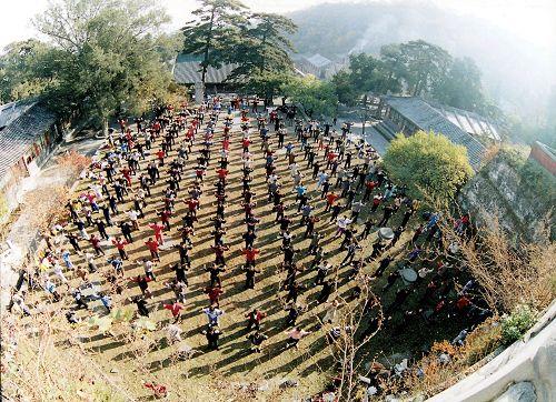 '图一:一九九六年十月三十日海内外学员在北京戒台寺集体炼功'