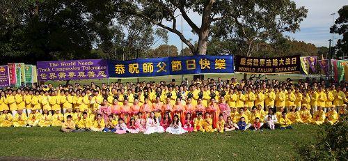 '图3:随后,悉尼法轮功学员集体合照,恭祝师尊生日快乐。'