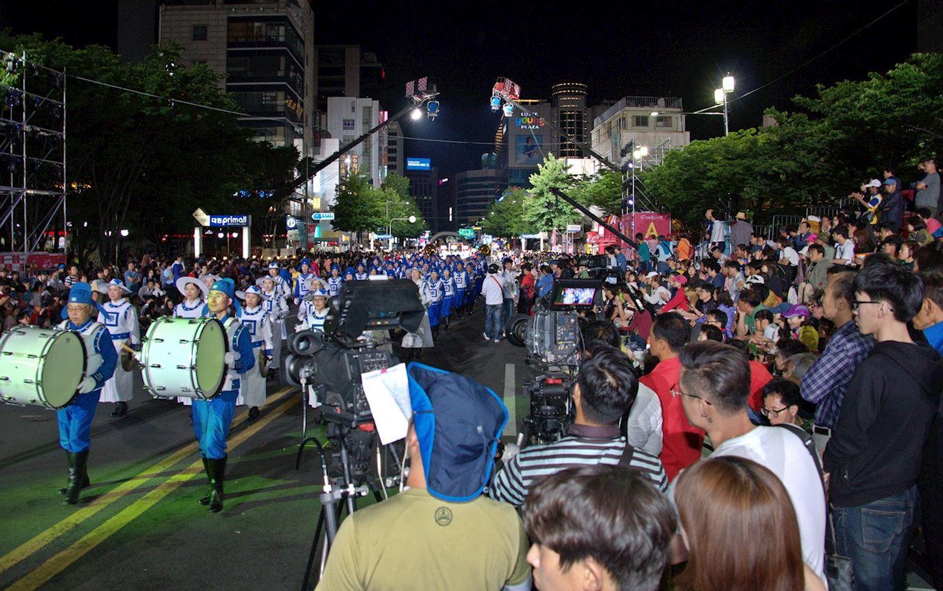 韩国天国乐团游行中场景(明慧网)