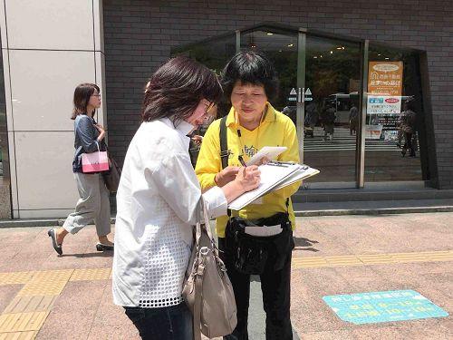 '图1~3:在福冈天神的繁华街上征签'