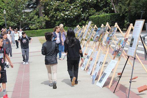 '图2~3:州政府大楼是加州官员办公的地方,也是许多各级民众前来参观之地。法轮功学员的活动不仅吸引了州政府大楼工作人员的目光,也吸引了前来办事或参观的民众的瞩目,许多人阅读法轮功的真相图片展。'
