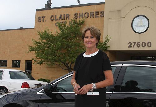'图3:美国密西根州圣克莱尔海岸(St.ClairShores)市第65届阵亡将士纪念日活动主席CherylFurdos女士说,特别奖是由评审员们精挑细选出来的。必须是出类拔萃、超过所有其它的游行方阵才能获得此殊荣。'