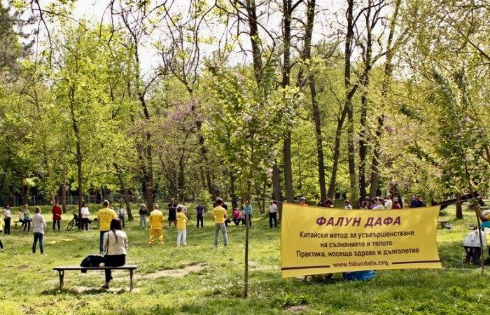 图4:参加讲座的民众来到附近的公园炼习刚学会的法轮功五套功法。(明慧网)