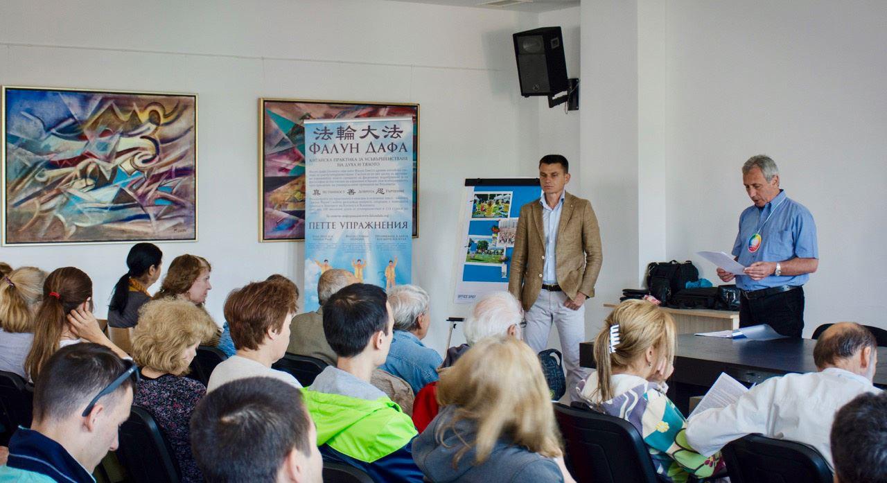 图6:部分法轮功学员在特罗扬市的信息中心举办法轮功讲座。(明慧网)