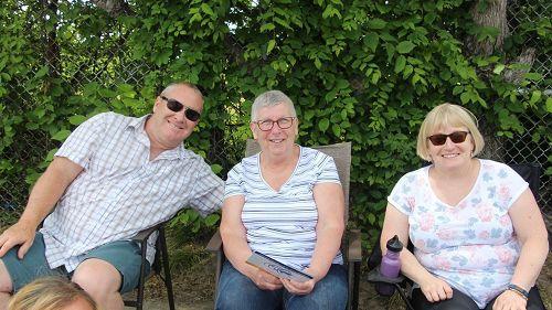 '图9:玛格丽特·库克(MargaretCook中)和家人观看游行'