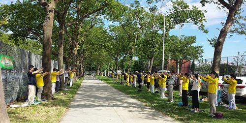 '图1:二零一七年六月二十五日,纽约新泽西部份法轮功学员再次来到纽约布鲁克林的华人社区晨炼,向当地民众介绍法轮功。'