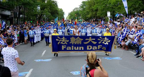 '图2~3:法轮大法天国乐团在魁北克游行中备受瞩目'